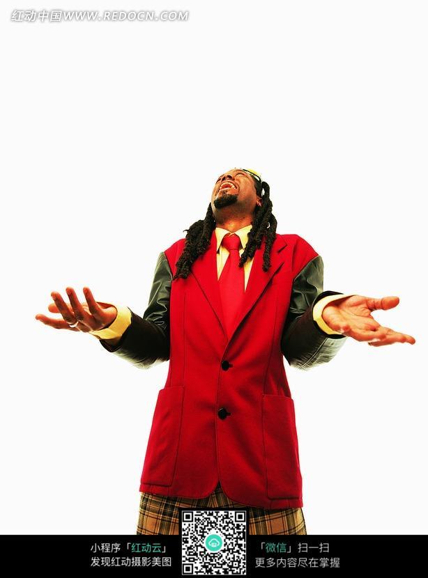 免费素材 图片素材 人物图片 职业人物 双手摊开仰头的红衣黑人男子