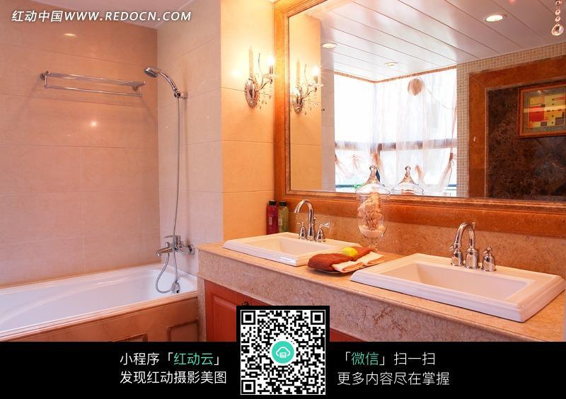 卫生间里的洗漱台和浴缸