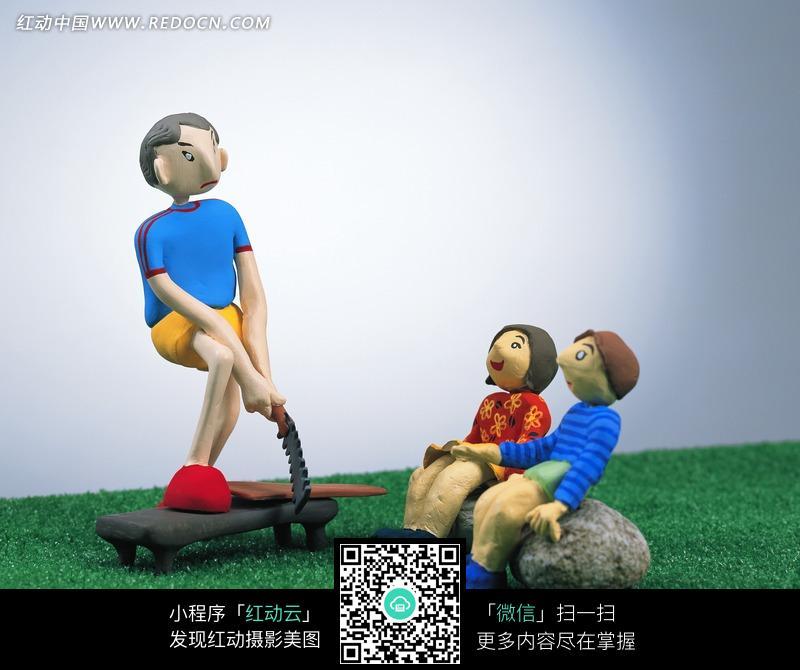 3d卡通人-正在锯木板的男子