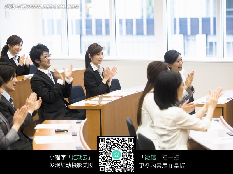 会议室培训鼓掌的商务白领特写照片图片