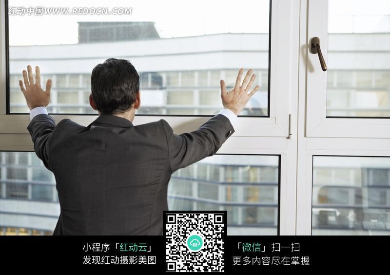 趴在窗户上的男人背影图片素材