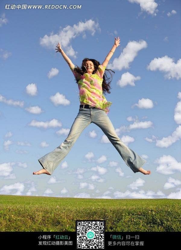 美女图片 素材 跳跃/上举双手红道上衣牛仔裤微笑跳跃的女子图片