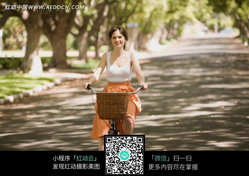 树荫下骑着自行车的外国美女图片