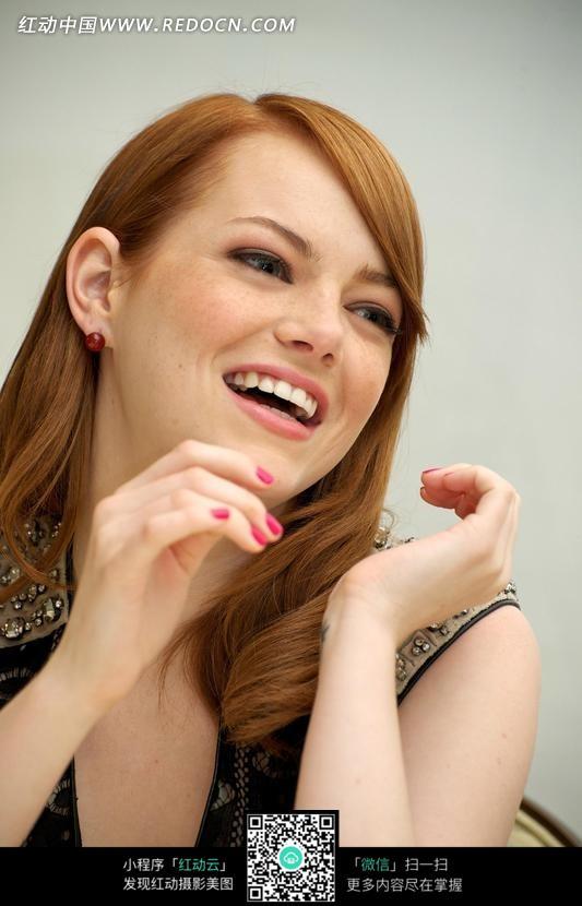 开心欢笑的外国美女图片 竖