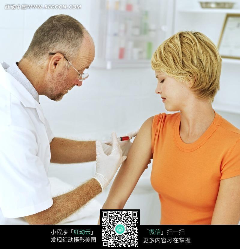为病人注射药物的医生图片图片