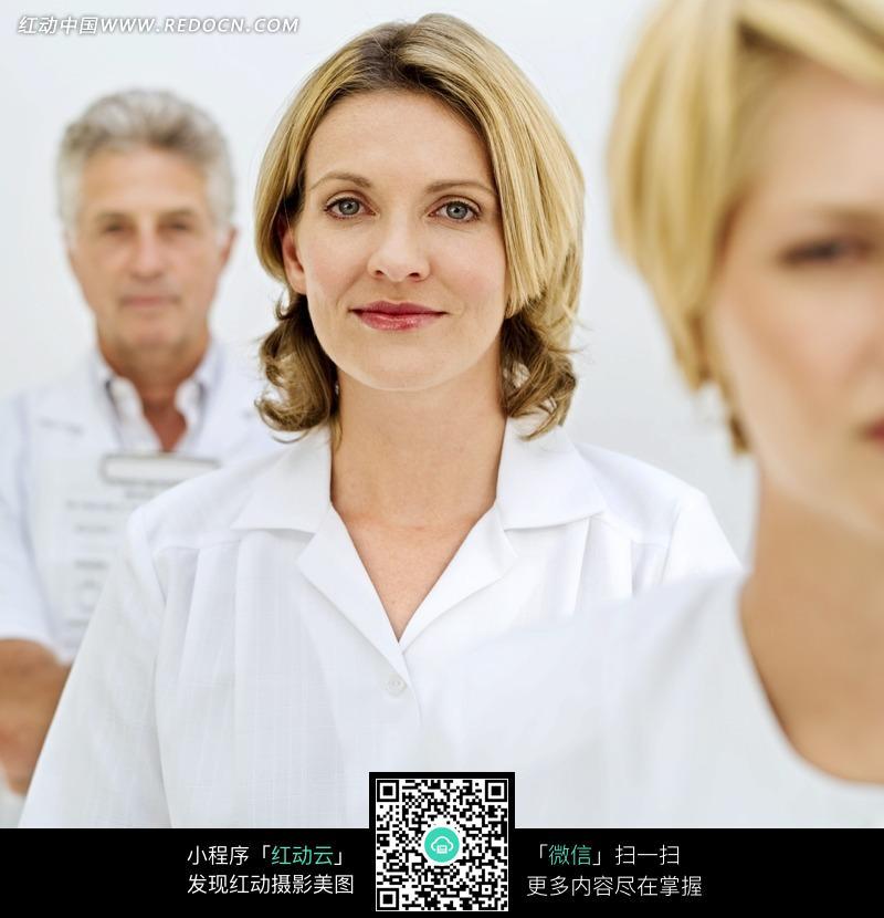 外国金发女医生特写照片
