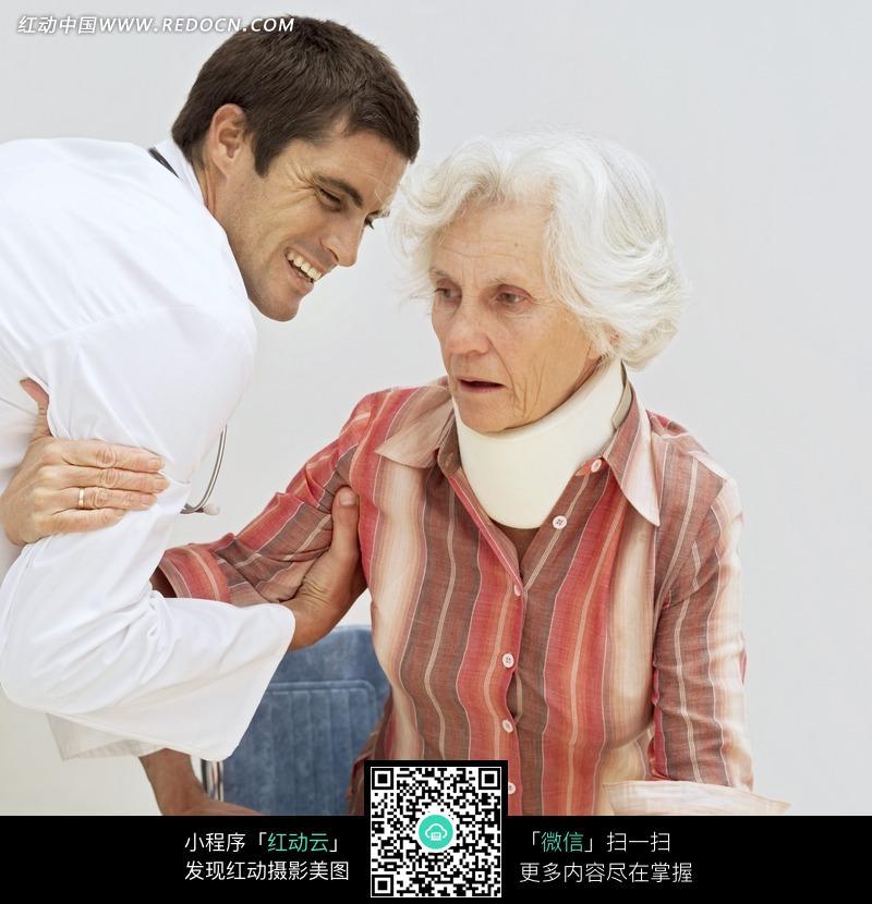 外国男医生和外国老人图片素材