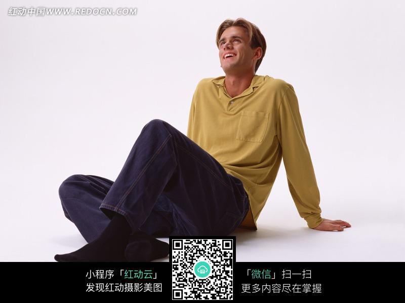 免费素材 图片素材 人物图片 男性男人 盘腿手撑地坐着的外国男人