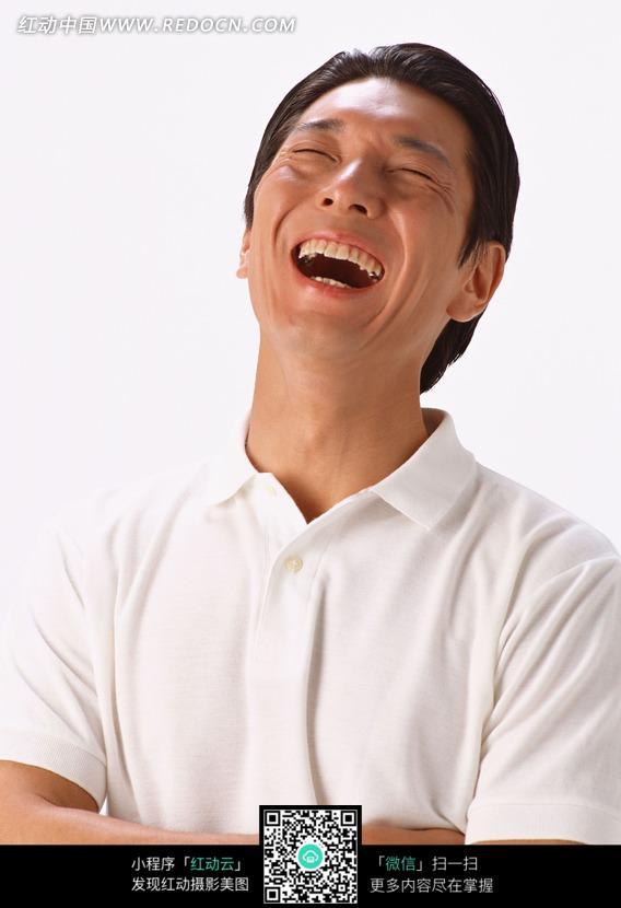 仰头大笑的双手抱胸的男子图片