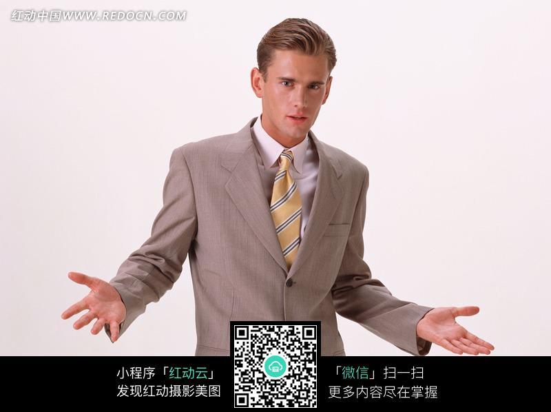 免费素材 图片素材 人物图片 男性男人 摊开双手的黄领带西装男人  请