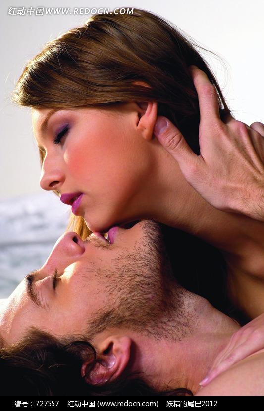 正在亲吻女子下巴的男子图片 竖