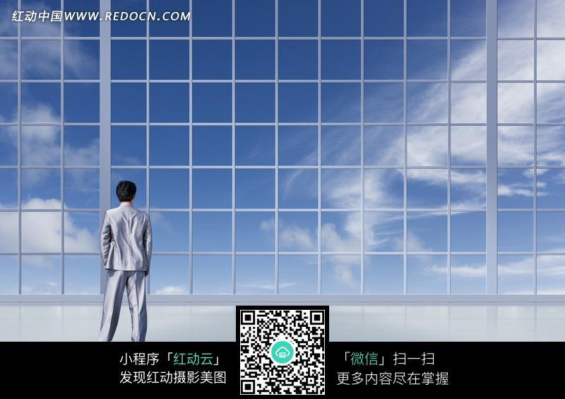 图片素材 人物图片 职业人物 网格窗户和穿银色职业装的男子的背影