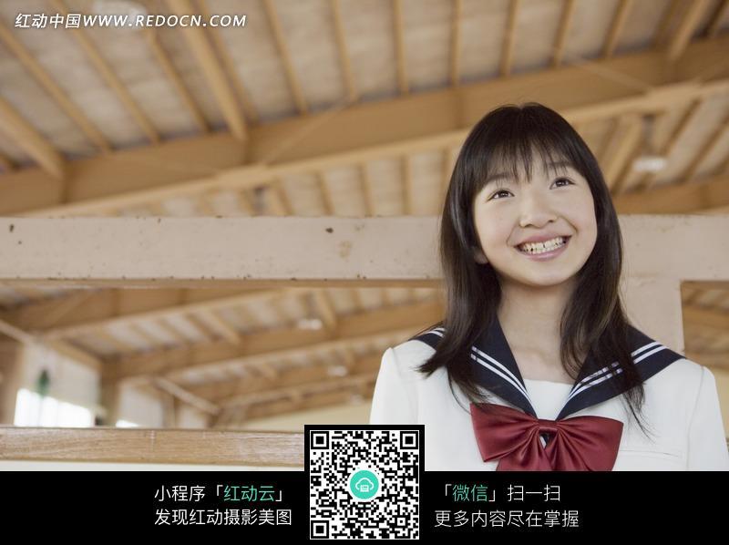 木建蓝球馆里微笑着的日本女中学生图片_职业
