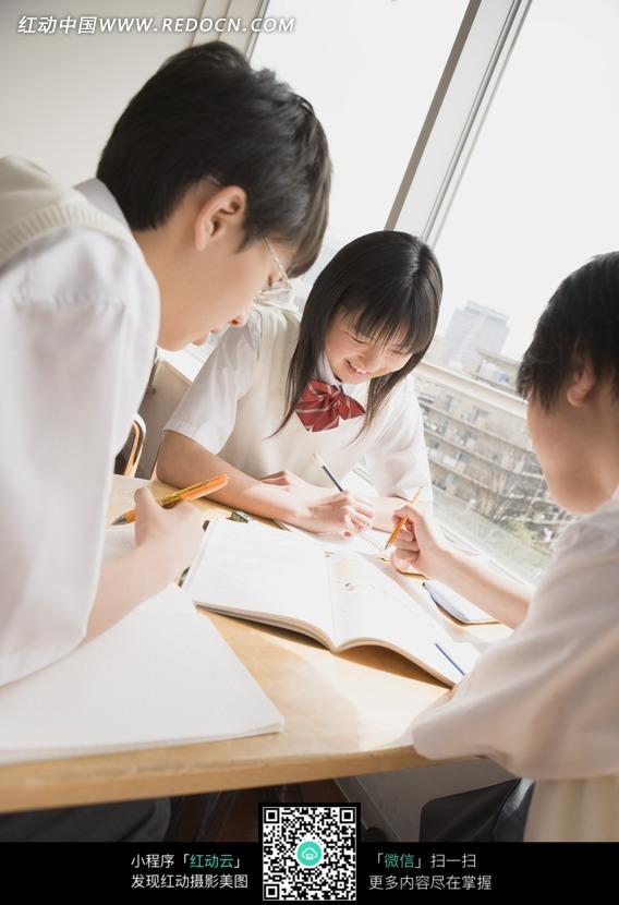窗边桌学习的日本男女中学生图片
