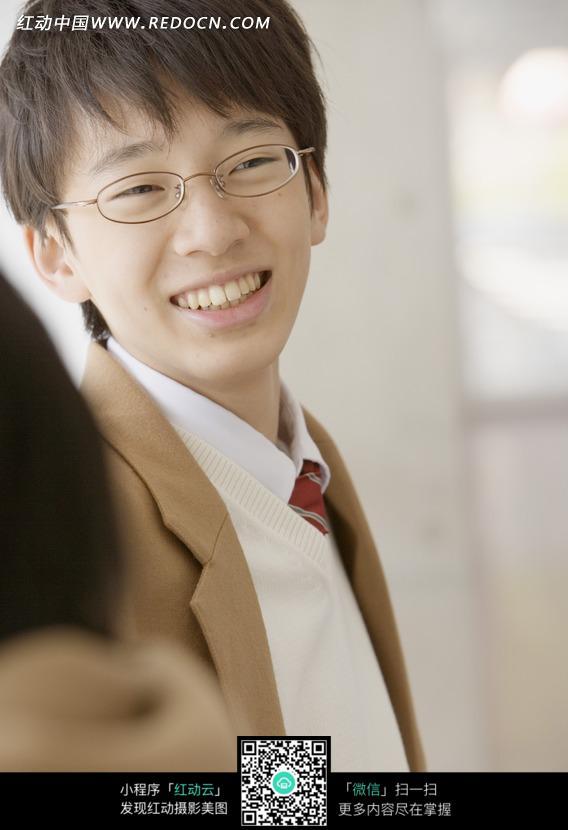 微笑的戴眼镜的男学生图片