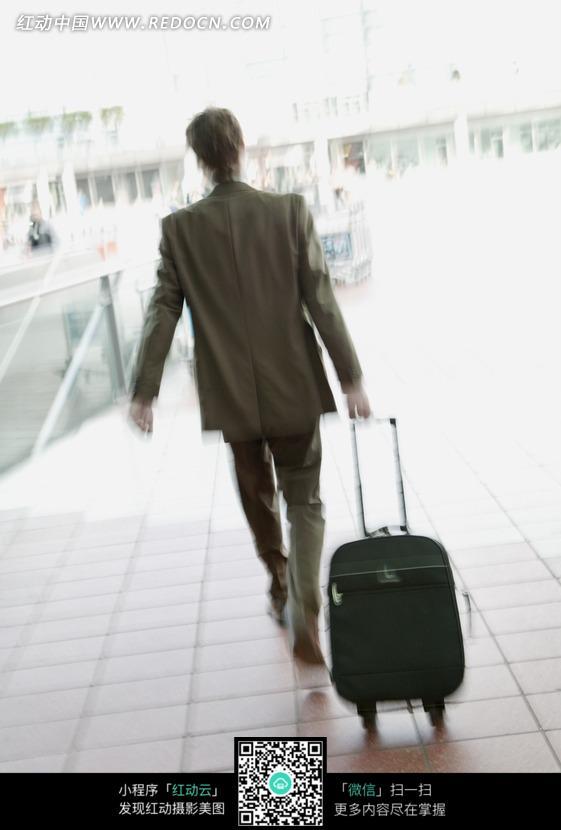 拉着行李箱的男子_职业人物图片