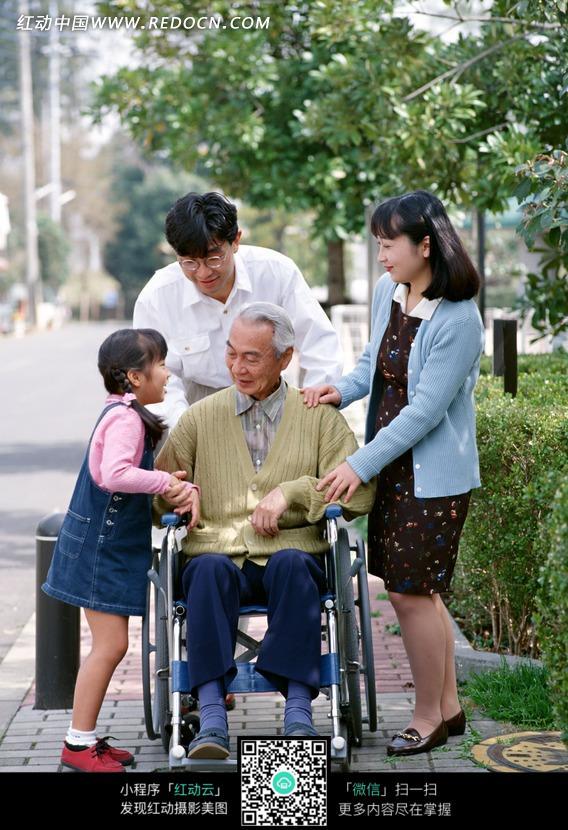 坐在轮椅上的老人和一家人在一起