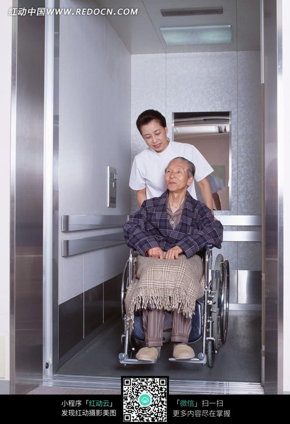 推着坐在轮椅上老人的护士图片