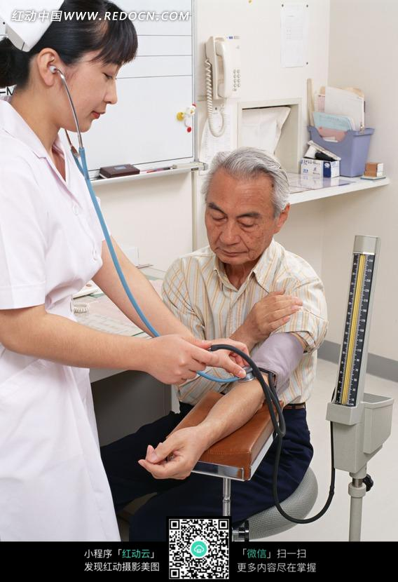 给老人量血压的美女护士图片
