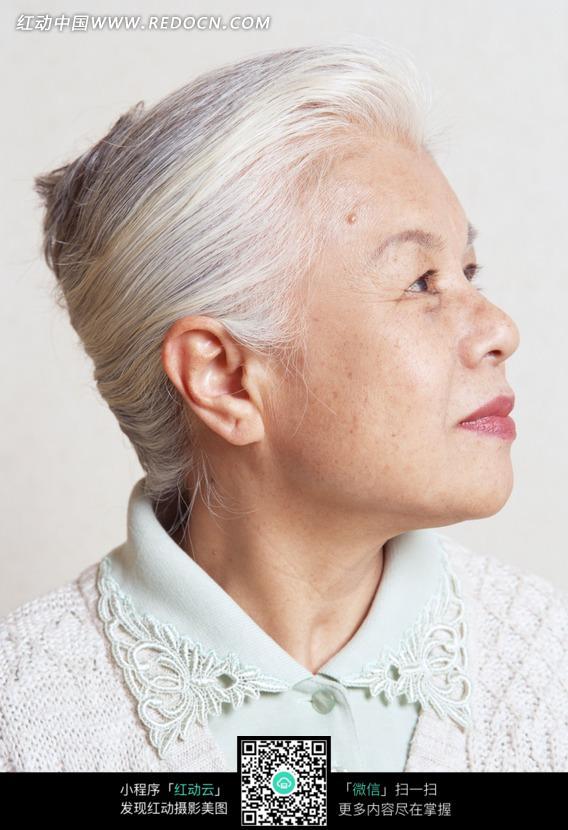 微笑的白发老奶奶的侧脸