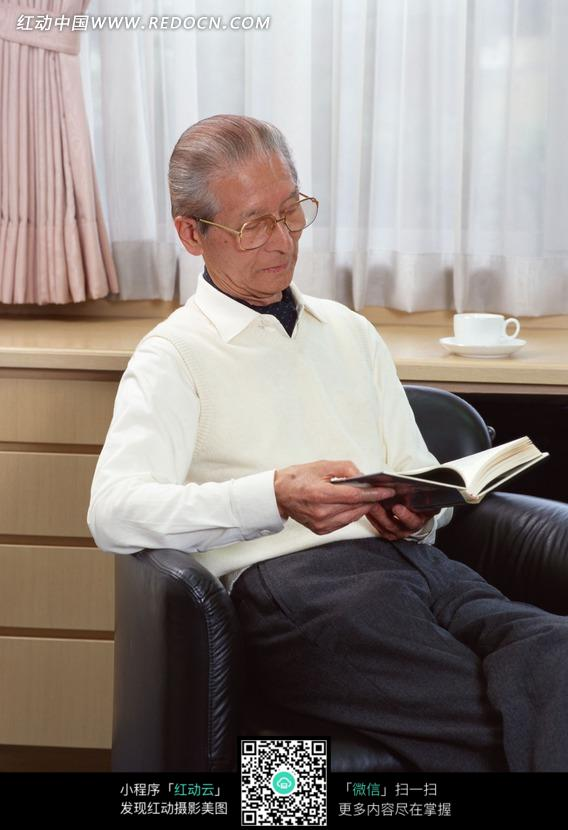 书房椅子上看书的老人