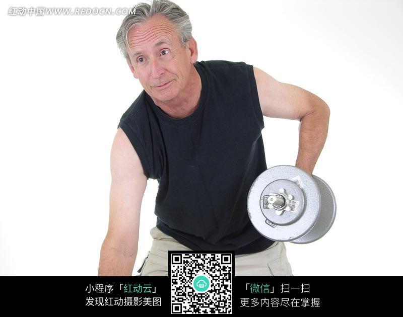 提着哑铃锻炼的外国老年人图片