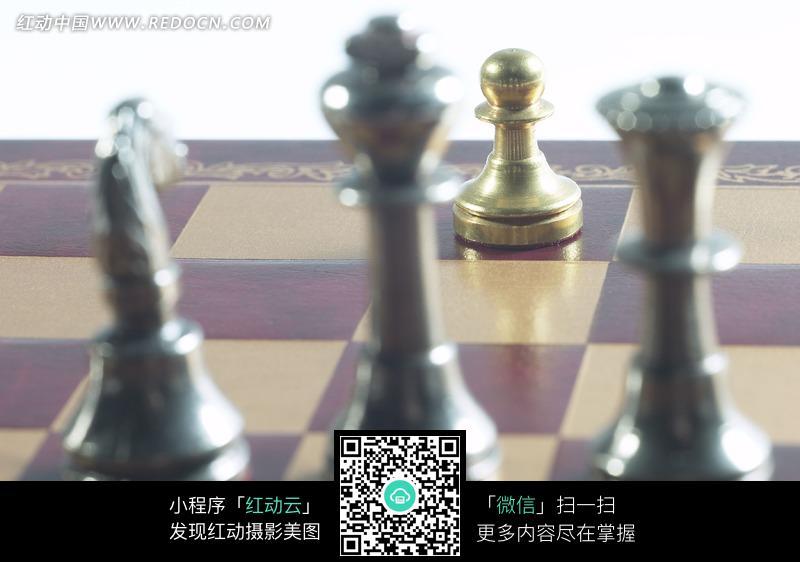 国际象棋棋盘上的金色棋子图片