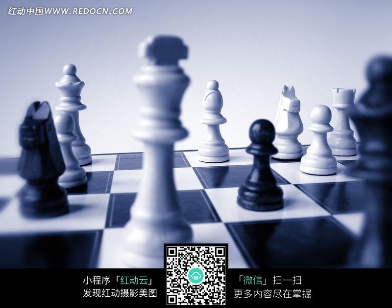 国际象棋棋盘上的黑色和白色棋子图片