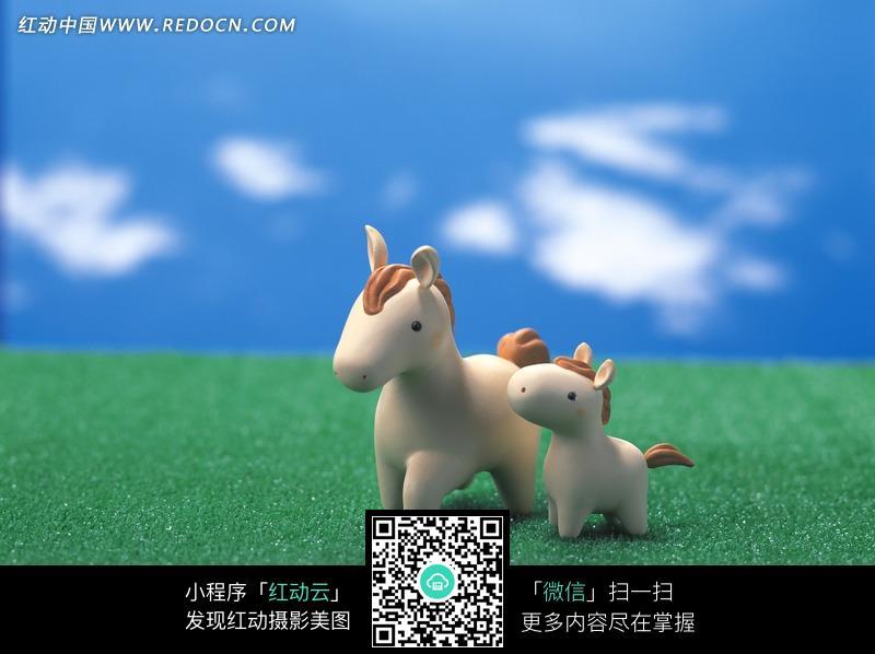 并排站立3d卡通大马和小马图片