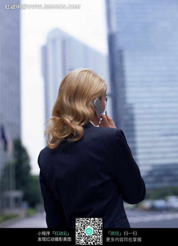 高楼大厦边打电话金发欧美西装女子背影图片_职业人物