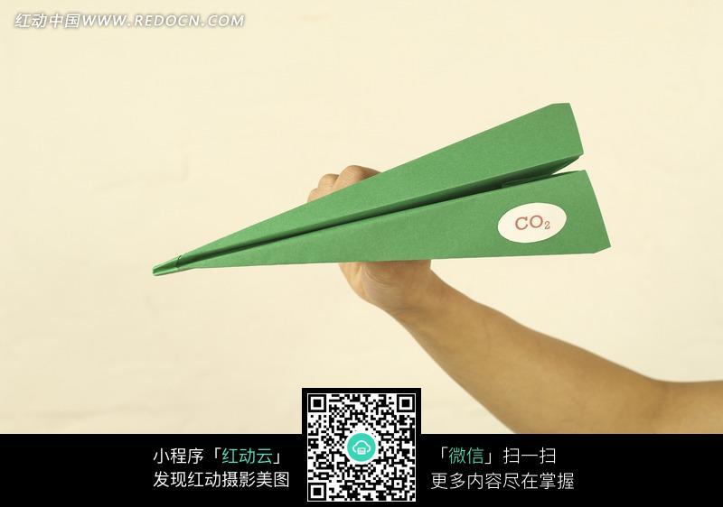 手拿纸飞机图片_其他图片