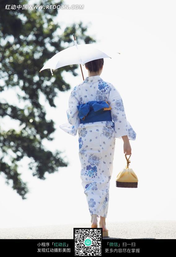户外打伞的和服女孩背影