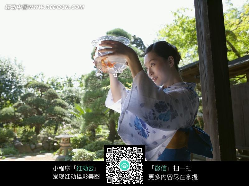 日本少女体艺术露下体_一个穿和服手捧鱼缸的日本美女图片
