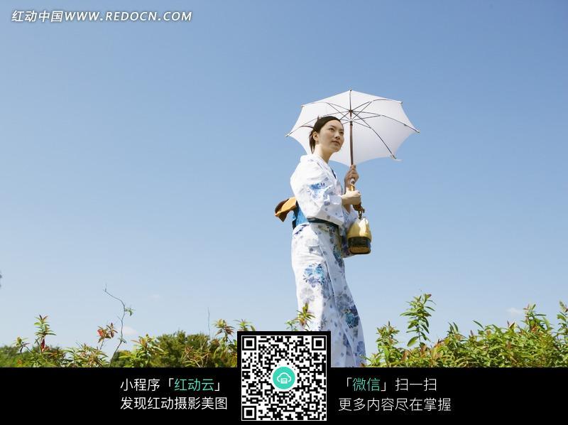 穿和服的女人郊外散步