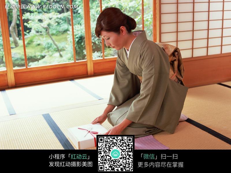 日本女子穿和服手拿礼品盒jpg图片
