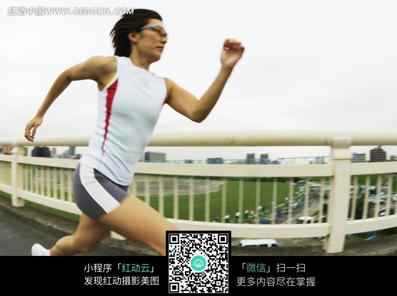 免费素材 图片素材 生活百科 体育运动 正在公路上跑步的人物