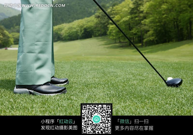 拿着球杆准备打球的男子的脚部特写图片_体育