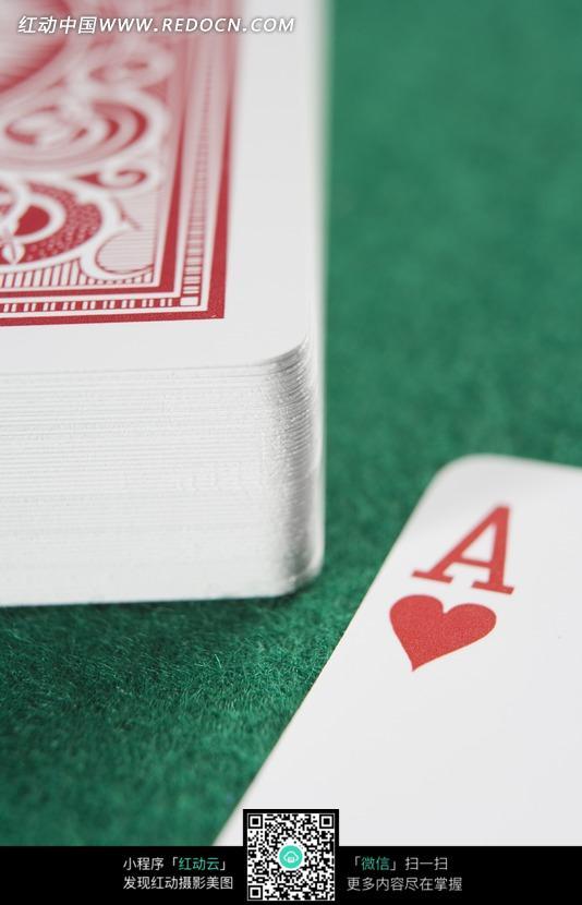 赌桌上红桃A和一摞扑克牌特写图片图片