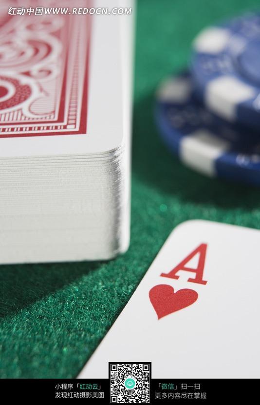 赌桌上一摞扑克牌红桃A特写图片图片