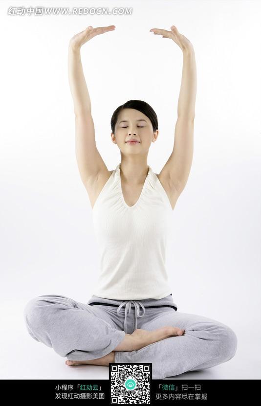 虐杀坐原形向上盘腿双臂向上目闭的壁纸女子图瑜伽伸展1掌心图片