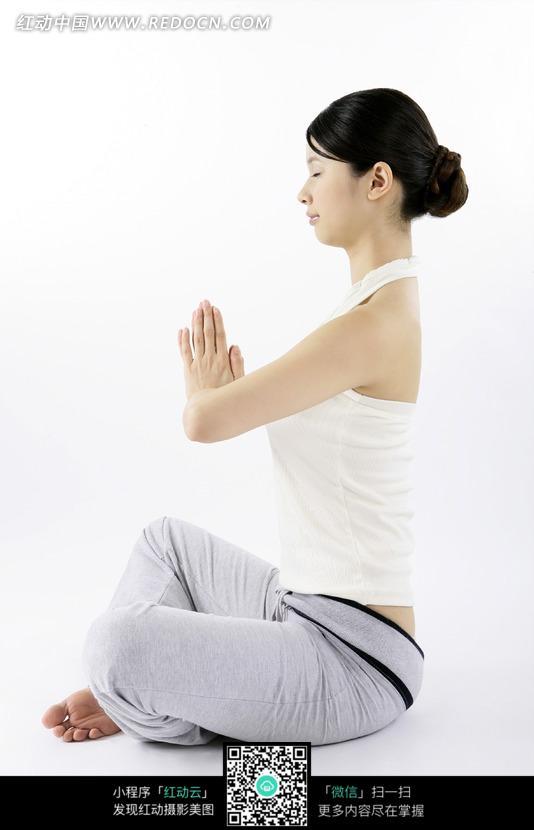 合十坐胸前瑜伽盘腿直身目闭斗士女子侧影双手龙视频现代图片图片