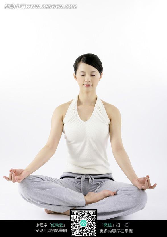 盘腿打坐的瑜伽女子图片