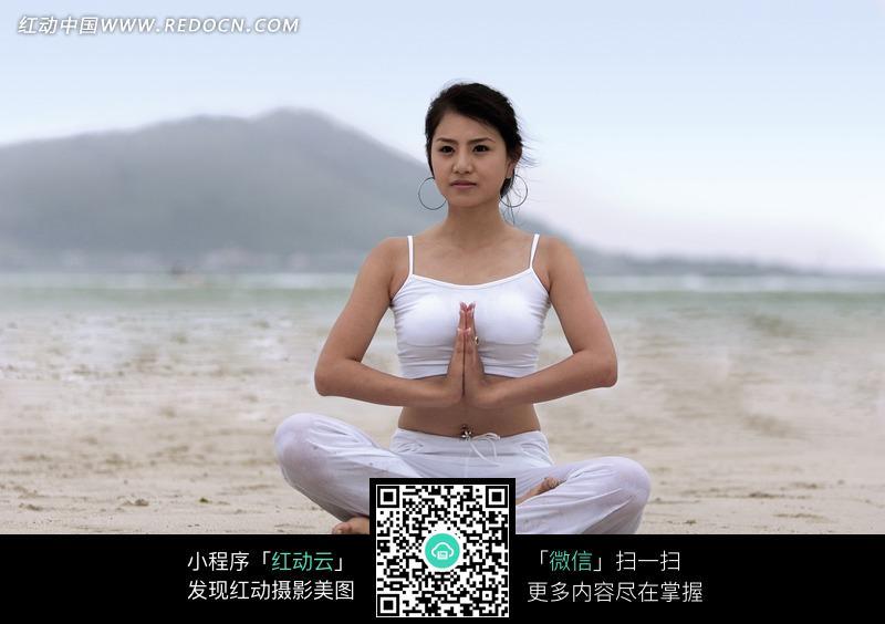 坐在沙滩上练瑜伽的中国美女图片