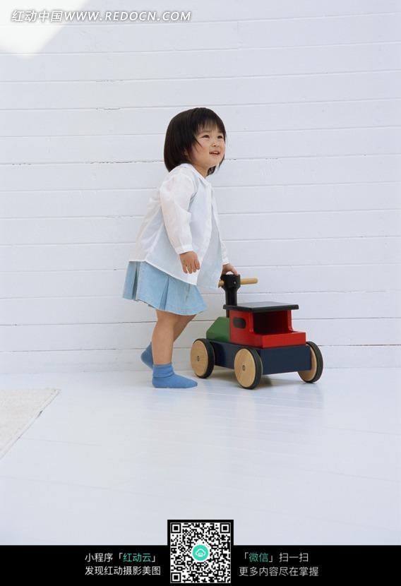 玩玩具车的小女孩图片