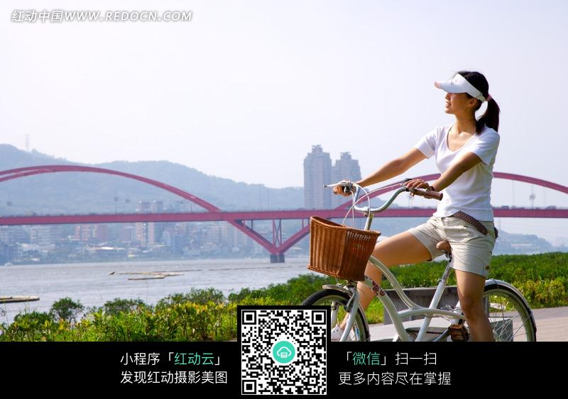 骑自行车外游的美女图片