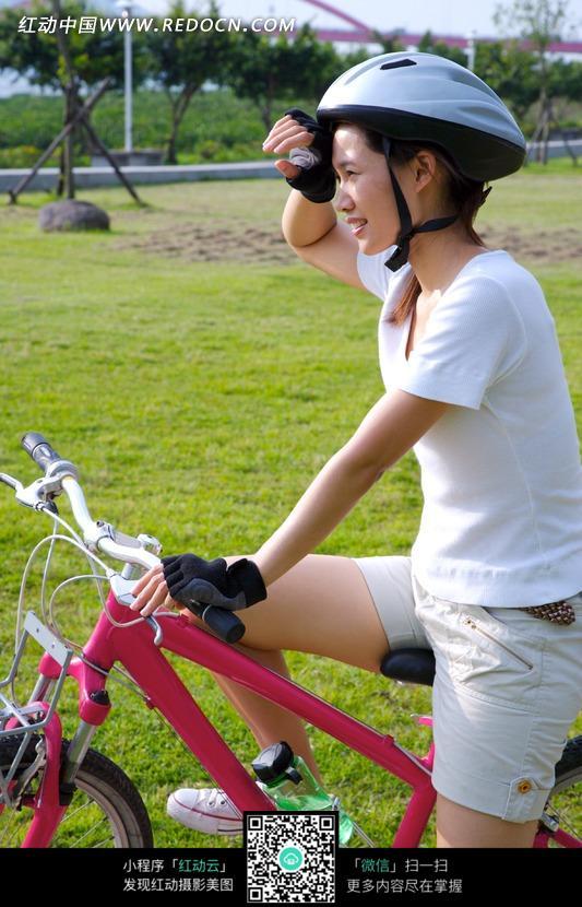 骑着自行车擦汗的女孩图片免费下载 编号750389 红动网图片