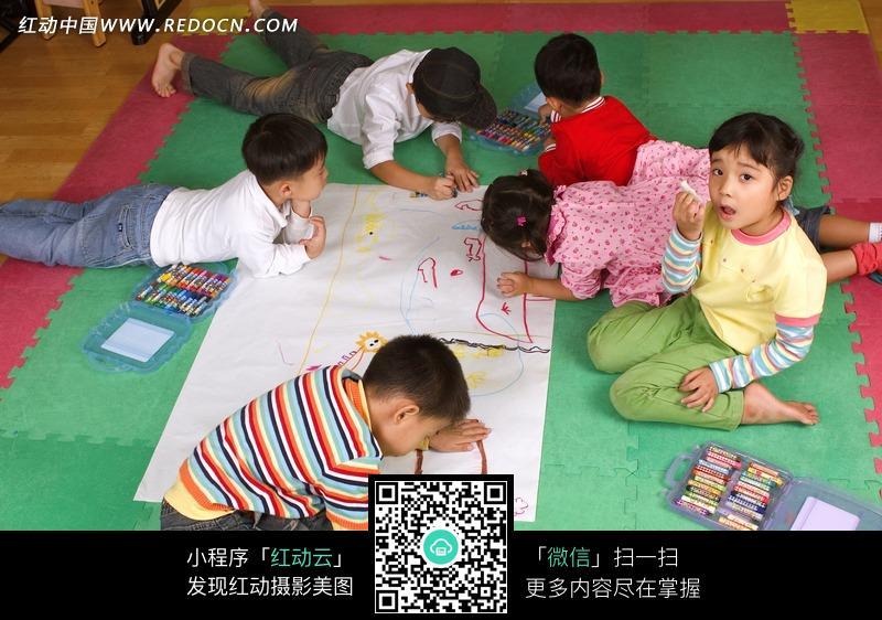 正在畫畫的六個小朋友圖片