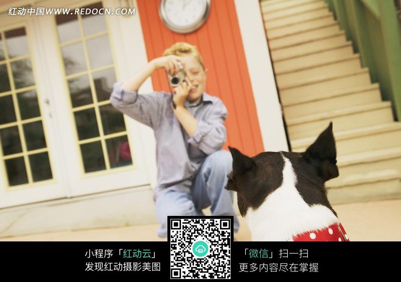免费素材 图片素材 人物图片 儿童幼儿 拿着相机为宠物狗照相的蹲着的