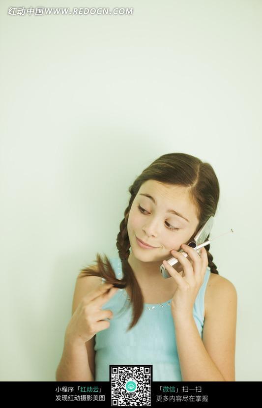 理头发的性感小女孩_儿童幼儿图片_红动手机版图片