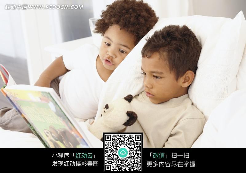 躺在男孩看书的外国床上和图片女生(喜欢:751是我女孩不编号图片